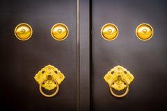 Botão velho e do vintage de porta na porta do templo imagens de stock royalty free