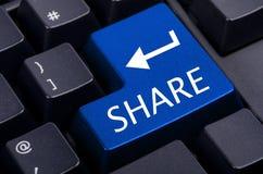 Botón azul de la parte en el negro Foto de archivo libre de regalías