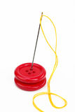 Botón con la aguja y la cuerda de rosca Fotos de archivo