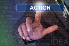 Botón conmovedor de la acción del hombre de negocios en la pantalla virtual Foto de archivo