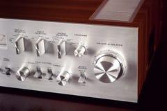 Botón de control frontal de volumen del panel del metal estéreo del amplificador del vintage Fotografía de archivo libre de regalías