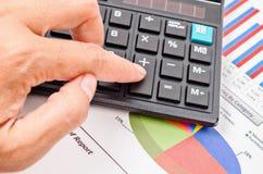 Botón de la calculadora de la prensa de la empresaria en el documento del informe de ventas Fotos de archivo