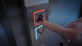 Botón de la elevación presionado para subir por un finger con un clavo pintado almacen de metraje de vídeo