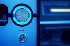 Botón de la potencia que brilla intensamente del ordenador Foto de archivo libre de regalías