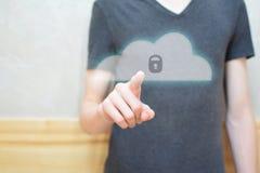 Botón de la seguridad de la nube del presionado a mano del hombre foto de archivo libre de regalías