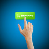 Botón de las compras con la mano real Fotos de archivo libres de regalías