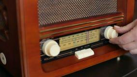 Botón de opción de adaptación del fm de la mano Botón del estéreo y del control del vintage almacen de metraje de vídeo