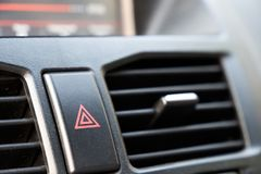Botón de paro de emergencia en coche Cuidado del peligro y de la parada imagenes de archivo