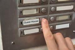 Botón de Person Clicking On Door Bell Foto de archivo