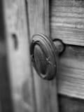 Botón de puerta de cobre amarillo fotografía de archivo libre de regalías