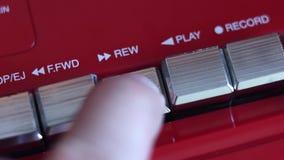 Botón de rebobinado en la grabadora