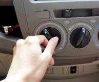 Botón de torneado del acondicionador de aire del coche del conductor femenino fotos de archivo