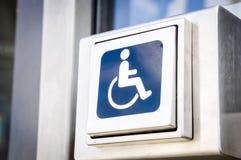 Botón del abrelatas de la puerta para las personas discapacitadas Fotos de archivo libres de regalías