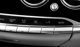 Botón del aire acondicionado dentro de un coche Unidad de la CA del control del clima en el nuevo coche detalles modernos del int Foto de archivo libre de regalías