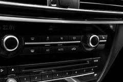 Botón del aire acondicionado dentro de un coche Unidad de la CA del control del clima en el nuevo coche detalles modernos del int Fotografía de archivo