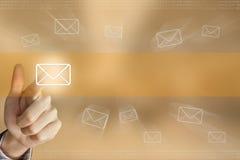 Botón del correo electrónico de la prensa de la mano del negocio Imagen de archivo