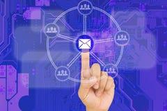 Botón del correo electrónico del presionado a mano en interfaz con vagos azules del bord del PWB Imágenes de archivo libres de regalías