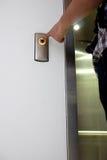 Botón del elevador de los prees de la mano Foto de archivo