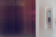 Botón del elevador hacia arriba y hacia abajo, elevador moderno del metal Fotografía de archivo