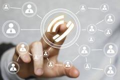 Botón del icono del web del teléfono de la prensa de la mano del hombre de negocios Fotos de archivo