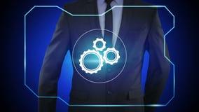 Botón del mecanismo acuciante del hombre de negocios en las pantallas virtuales almacen de metraje de vídeo