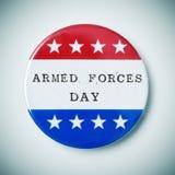 Botón del Pin con el día de fuerzas armadas de arma del texto Fotos de archivo