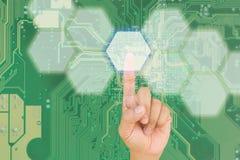 Botón del presionado a mano en interfaz con el backgroun azul del bord del PWB Fotos de archivo libres de regalías