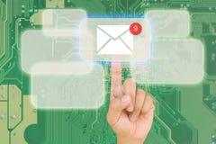 Botón del presionado a mano en interfaz con el backgroun azul del bord del PWB Imagen de archivo libre de regalías