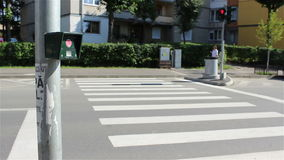 Botón del semáforo de la calle de la travesía almacen de video