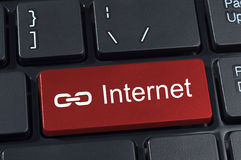 Botón del teclado de ordenador con el icono de Internet y del vínculo del texto. Fotos de archivo libres de regalías