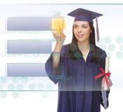 Botón en blanco que empuja graduado de la hembra emocionada en el panel con el sitio de la copia Imagen de archivo