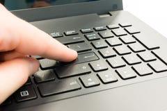 Botón en el ordenador portátil Foto de archivo libre de regalías