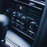 Botón en tablero de instrumentos en el panel moderno del coche foto de archivo libre de regalías