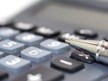 Botón más en el aislamiento de la calculadora en blanco Imagenes de archivo
