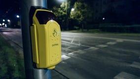 Botón para cruzar la calle en área apretada en ciudad imágenes de archivo libres de regalías