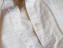 Botón plástico en una camisa fotos de archivo