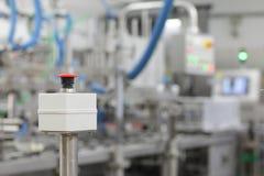 Botón por marcha-parada en el dispositivo industrial en planta Imagen de archivo libre de regalías