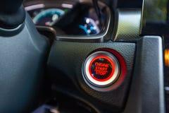 Botón por marcha-parada en un coche imagen de archivo