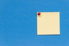 Botón rojo fijado etiqueta engomada amarilla Imagenes de archivo