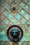 Botón y golpeador dorados decorativos de puerta de la cabeza del león Fotografía de archivo