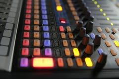 Botões audio do misturador durante a emissão viva da tevê imagens de stock royalty free