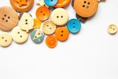 Botões coloridos bonitos em um fundo branco Bonito handcraft a composição Fotos de Stock