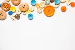 Botões coloridos bonitos em um fundo branco Bonito handcraft a composição Imagem de Stock