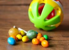 Botões coloridos do chocolate e bola plástica Imagem de Stock Royalty Free