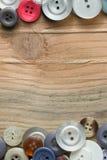 Botões coloridos na placa de madeira, botões coloridos Foto de Stock
