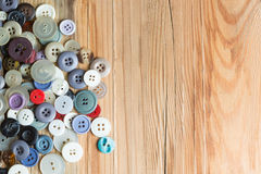 Botões coloridos na placa de madeira, botões coloridos, em de madeira velho Fotos de Stock Royalty Free
