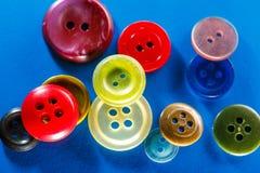 Botões coloridos no fundo azul Fotos de Stock
