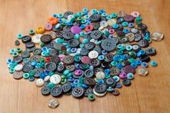 Botões coloridos para a roupa Imagens de Stock