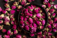 Botões cor-de-rosa secados em uma bacia Foto de Stock
