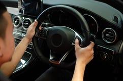 Botões da cruise control do impulso da mão na direção do carro fotografia de stock royalty free